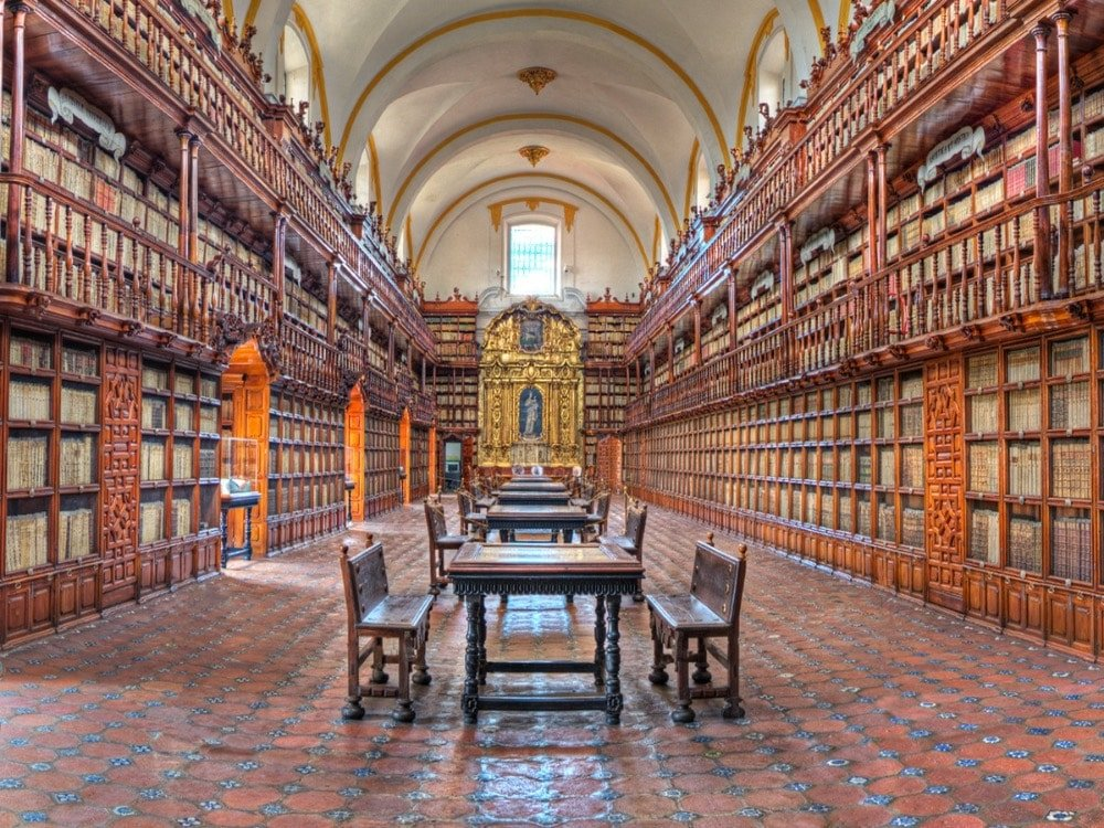 Biblioteca Palofoxiana with works dating back to 15th century